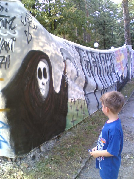Milutin ispred grafita za Ginisa