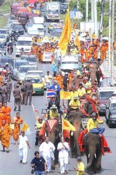 Marš slonova i monaha na Tajlandu